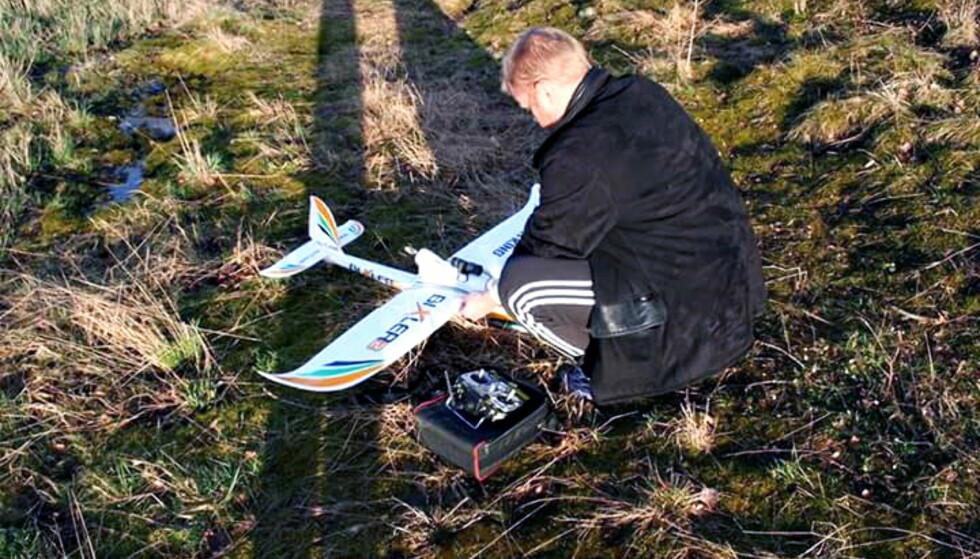 MODELLFLYENTUSIAST: Henning Hotvedt har drevet med modellfly i flere år. Foto: Privat