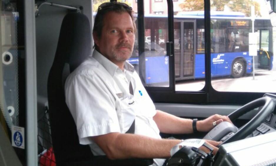 BUSSDRAMA: Bussjåfør Peter Reindl kjørte bussen da en av passasjerene sluttet å puste. En tre år gammel gutt ble kort tid etter fraktet til sykehus. Foto: Privat