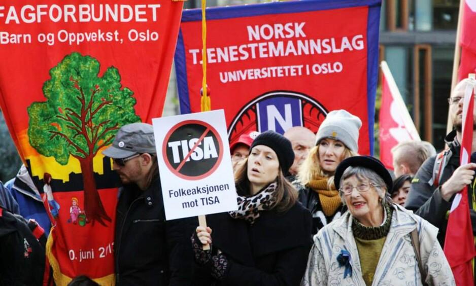 DEMONSTRASJON: For et år siden var det en stor demonstrasjon mot handelavtalen TISA i Oslo, med flere fagforeninger representert. Nederst til høyre tidligere SV-politiker Berit Ås. Foto: Kristin Brenna