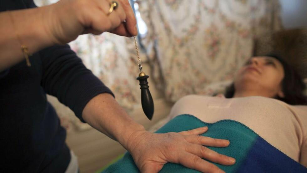 EFFEKT AV HEALING? En healer er på hjemmebesøk i Sveits. Her hjemme reagerer en healer på professor Kristian Gundersens skepsis til bruk av slike metoder. Foto: AFP