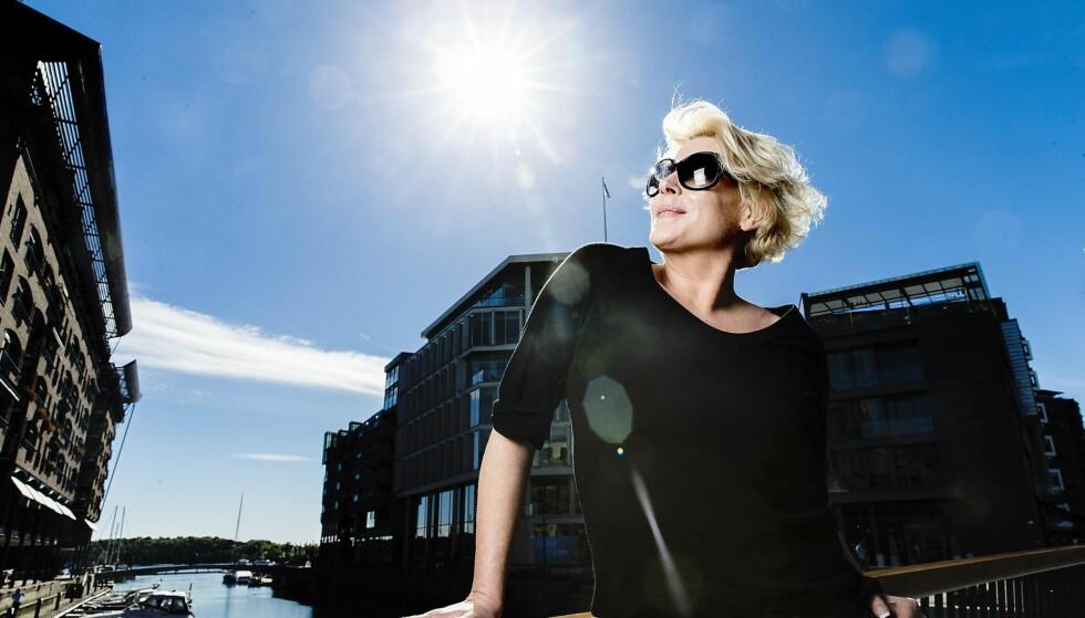 SOLBRILLER: Anne-Kat. Hærland mister gradvis synet og må bruke solbriller nesten hele tida. For noen måneder siden traff hun ungdomskjæresten Kåre, og nå er de blitt et par. - Jeg er kjempeforelsket. Foto: Bjørn Langsem