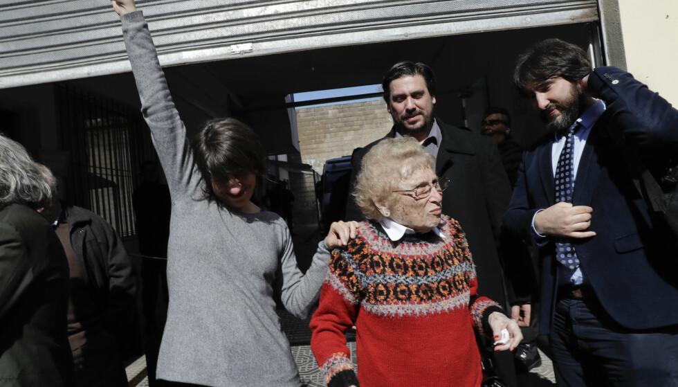JUBEL: Guillermo Pérez Roisinblit, Rosa de Roisinblit og Mariana Pérez Roisinblit var tilfredse med at de tre mennene ble dømt torsdag. Foto: AP Photo / Natacha Pisarenko / NTB scanpix