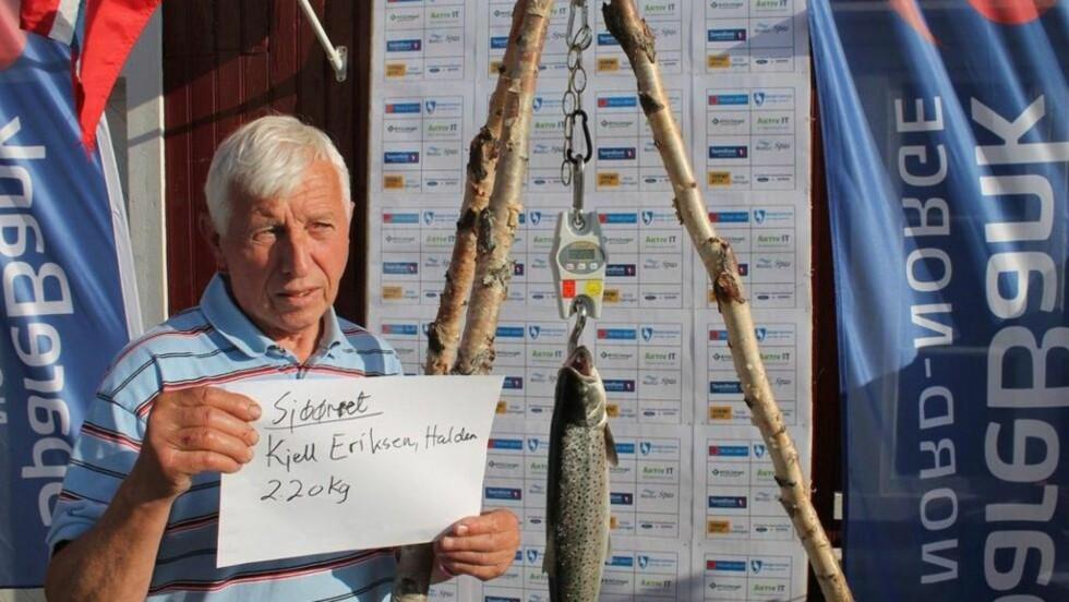 FISKELYKKE: Kjell Eriksen (72) fanget en 2,2 kilos sjøørret og vant én million kroner. Foto: Millionfisken