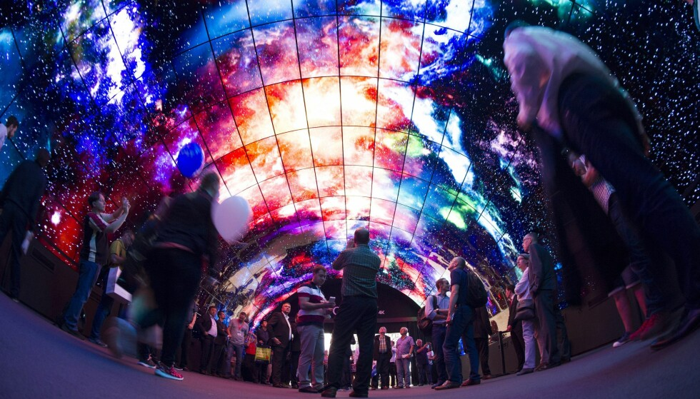 TEKNOLOGI: En tunnell av skjermer på Internationale Funkausstellung IFA i Berlin, Tyskland, 7. september 2016.  EPA/PAUL ZINKEN