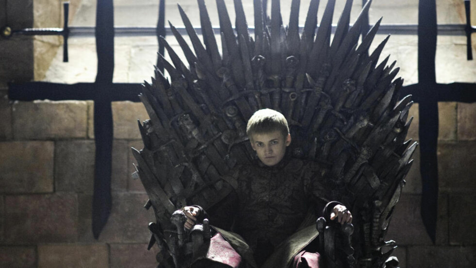 DYSTERT SKUE: Kong Joffrey er ingen koselig kar, verken i bøkene eller TV-serien Game of Thrones. Og tronen han sitter på er ikke noe mer koselig. Men nå forteller George R.R. Martin at tronen han har i hodet sitt ser langt verre ut enn den som er på TV. Foto: HBO / NRK