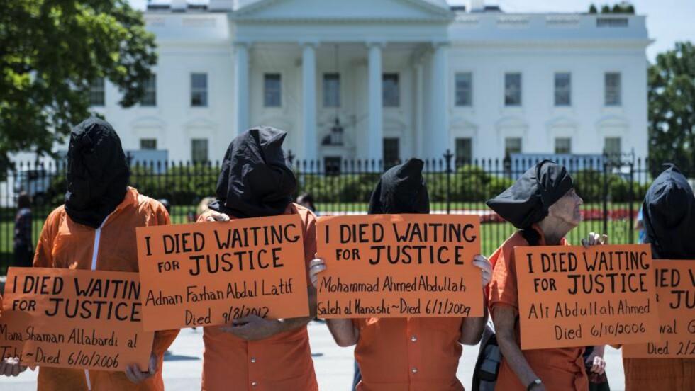 UTEN RETTIGHETER:  Demonstranter utkledd som Guantánamo-fanger utenfor Det hvite hus i Washington. Sultestreiken i leiren får stadig større oppslutning. Foto: AFP / NTB Scanpix