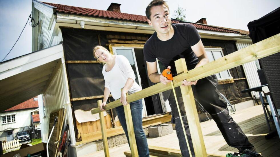 FERIE-OPPUSSING: Ole Kristian Holseth (27) og Silje Krogstad Bjørkås (27)benytter i likhet med mange andre sommeren - og feriepengene - til å pusse opp huset. Foto: SONDRE STEEN HOLVIK