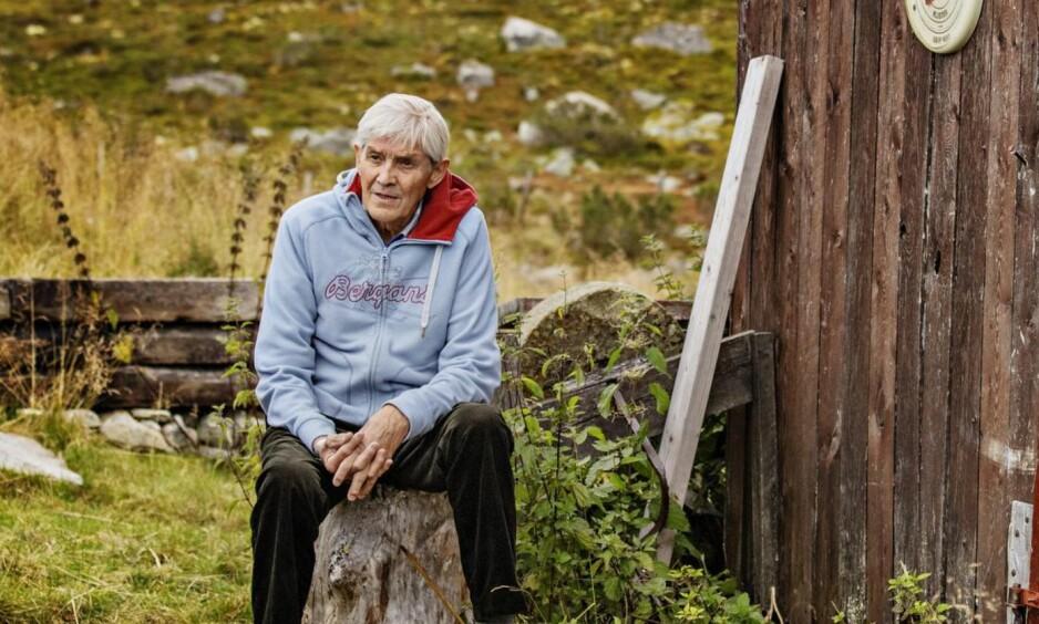 Hytteliv: Gjermund Eggen ved uthuset til hytta som sønnen nå har overtatt. Midt på 60-tallet løp han hjemmefra og opp den bratte veien til setra på 39.25, en tid ingen seinere har klart å toppe. Foto: Jørn H. Moen