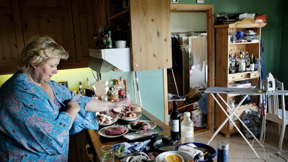 TEAM SOLBERG:  Erna Solberg i sving på kjøkkenet hjemme hos Høyre-lederen og mannen Sindre Finnes i Bergen.  FOTO: ADRIAN ØHRN JOHANSEN/ DAGBLADET
