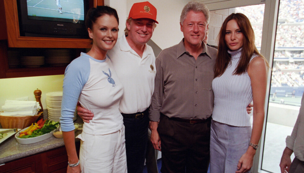 TRUMP: De var tidligere gode venner, Clinton-paret og Trump. Her er Melania Trump (t.h) sammen med Bill Clinton, Donald Trump og modellen Kylie Bax under U.S Open i New York i 2000. Foto: Clinton Presidental Library