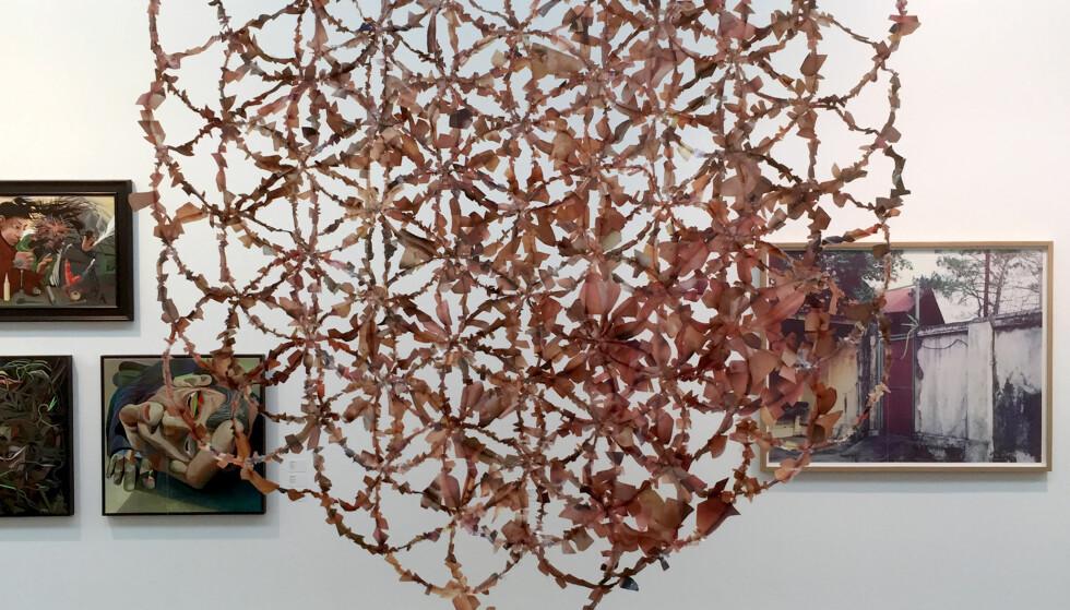 COLLAGE AV PORNOBLADER: Rasmus Hungnes' collage laget av pornoblader refererer til et arkaisk geometrisk mønster som skal forestille «livets blomst». I dag, lørdag 10. september, åpner Høstutstilingen. Foto: Arve Rød