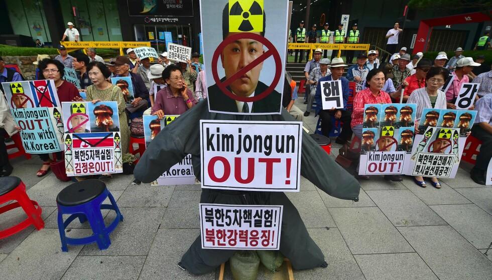 SANKSJONER: Nå kan også Kina bli presset til å ta i bruk sterkere lut, til å blokkere transport av drivstoff og olje, som kan få alvorlige konsekvenser for hele befolkningen i Nord-Korea. Foto: AFP/JUNG YEON-JE