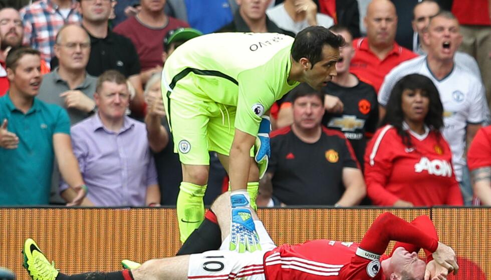 SNYTT? Manchester Uniteds Wayne Rooney ble liggende etter duell med Manchester Citys Claudio Bravo. Flere mente United ble snytt for straffe. Foto: Reuters / Phil Noble