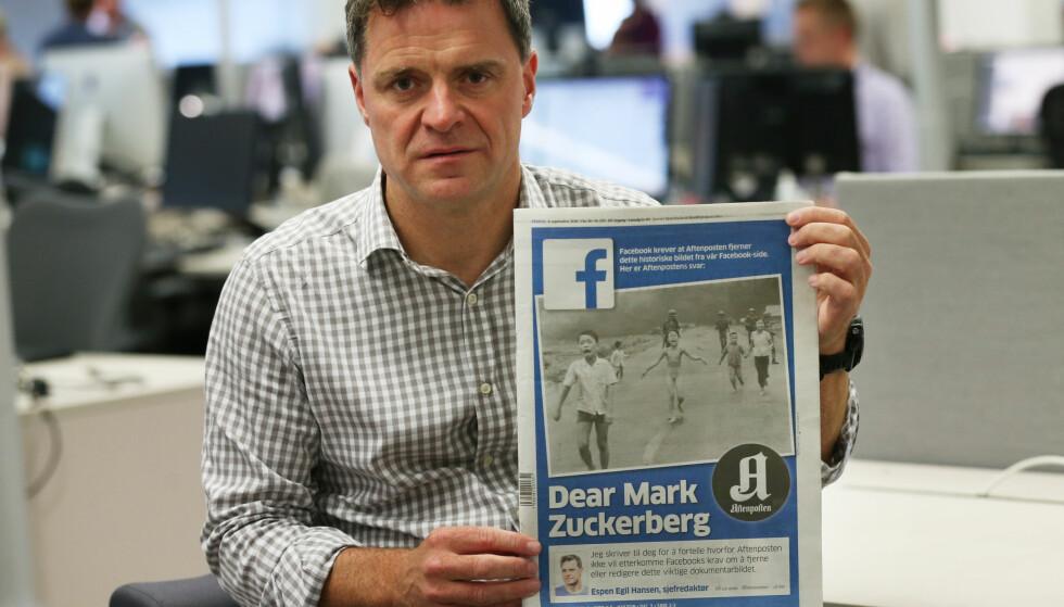 Aftenpostens sjefredaktør Espen Egil Hansen med forsiden av Aftenposten. Men hvor er han når Facebook sensurerer den skitne og brutale krigen tyrkerne fører mot kurderne, spør Seher Aydar. Foto: Erik Johansen / NTB scanpix