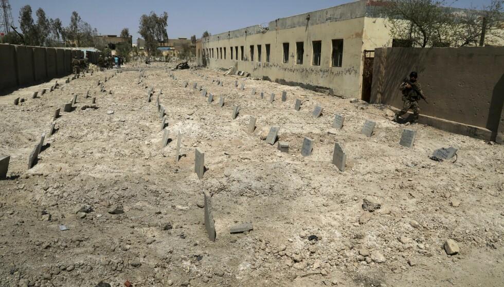 RASERT: Denne kirkegården i Fallujah er brukt som gravplass for døde IS-krigere. Foto: AP / NTB Scanpix.