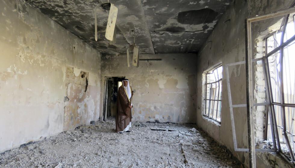 ØDELAGT: Mannen vender tilbake til huset sitt i Karma i Fallujah etter to og et halvt år med IS-okkupasjon. Foto: AP / NTB Scanpix.