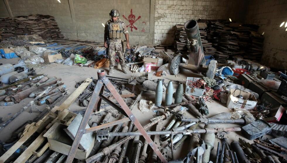 STORT VÅPENARSENAL: Bildet viser noen av våpnene og bombene IS etterlot seg i Fallujah før de måtte flykte fra byen. Foto: AFP / NTB Scanpix.