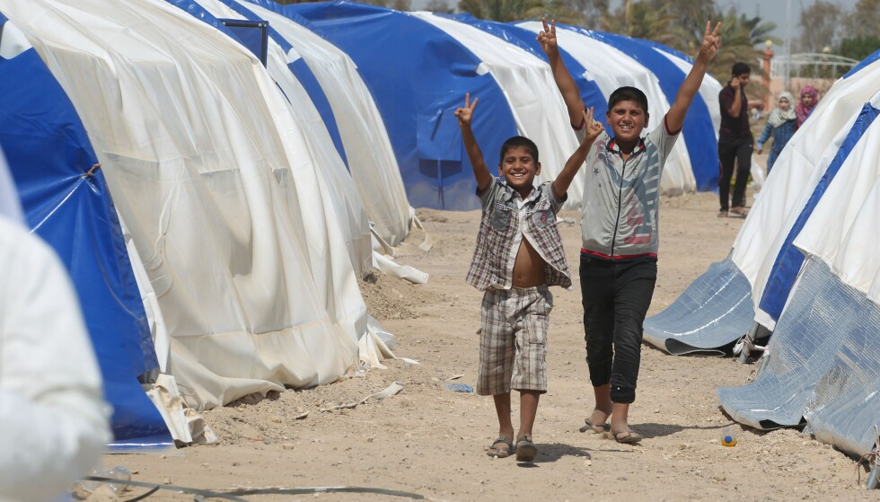VENTER: To irakiske gutter i en teitleir utenfor Fallujah, hvor de venter på å få flytte tilbake til hjembyen. Foto: AFP / NTB Scanpix.