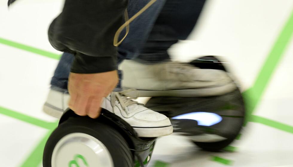 STÅBRETT: Hoverboard eller ståbrett er blitt et populært alternativ til sykkel i bystrøk. Illustrasjonsfoto: RAINERJENSEN/dpa