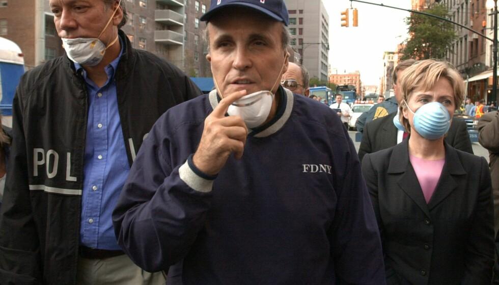 VED GROUND ZERO: Daværende New York-senator og nåværende demokratisk presidentkandidat Hillary Clinton (t.h.) ved Ground zero i New York 12. september 2001. Sammen med henne er daværende New York-borgermester og nåværende Donald Trump-tilhenger, Rudy Giuliani. Foto: *AP Photo/Robert F. Bukaty