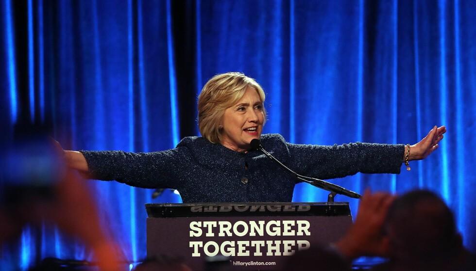 BOMMET: Hillary Clinton angrer etter at hun fredag gikk på scenen under en fundraiser i New York og kalte halvparten av Trumps velgere for beklagelige. Foto: Justin Sullivan/Getty Images/AFP