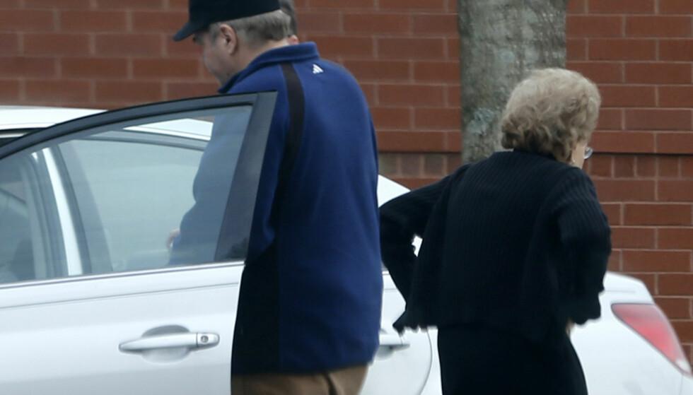 MED SIN MOR: En føderal domstol besluttet i juli at 61-åringen kan flytte hjem til sin 90 år gamle mor i delstaten Virginia. Her går han og moren inn i en bil. Foto: AP
