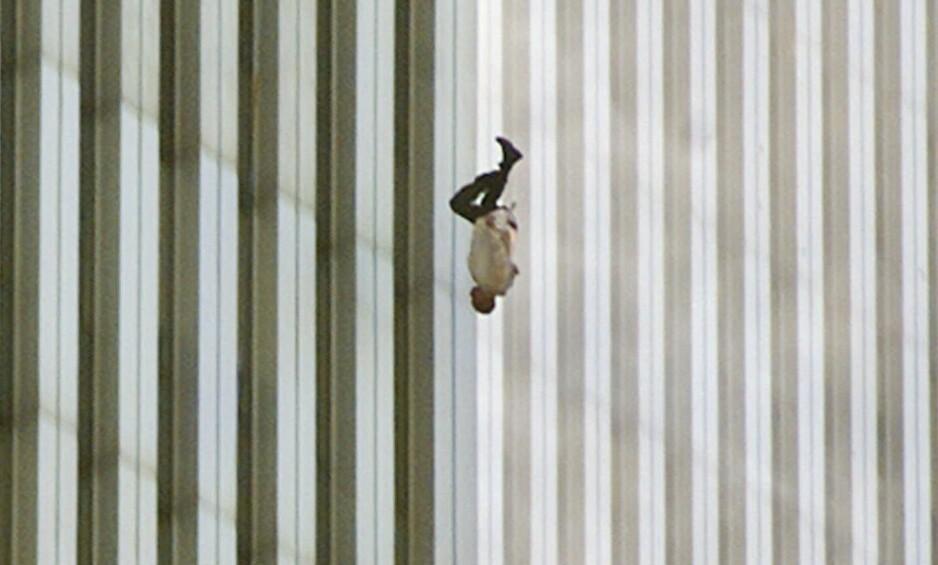 IKONISK: Bildet av mannen, som ble tvunget til å hoppe ut av det brennende tårnet, har fått ikonstatus etter angrepene for 15 år siden. Nå forteller fotografen om hvordan bildet ble til, og hvorfor det har fått så mye oppmerksomhet. Foto: AP Photo/Richard Drew, NTB scanpix