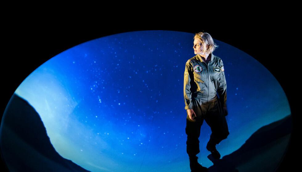 ALENE I KRIGEN: Line Heie Hallem spiller jagerpiloten som blir satt på bakken, for å føre krig foran dataskjermen. Foto: Gisle Bjørneby, Teater Innlandet
