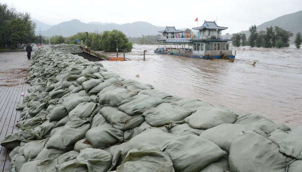 STORE ØDELEGGELSER: Flommen i grenseelva Tumen mellom Kina og Nord-Korea har skapt store ødeleggelser på koreansk side. Dette bildet er tatt 31. august da i Changchun i Jilin-provinsen på kinesisk side av grensen, og allerede da ble sandsekekr brukt for å forsøke å demme opp for flommen, som har økt kraftig siden da. Foto: Xu Dongxu, Xinhua/NTB Scanpix.