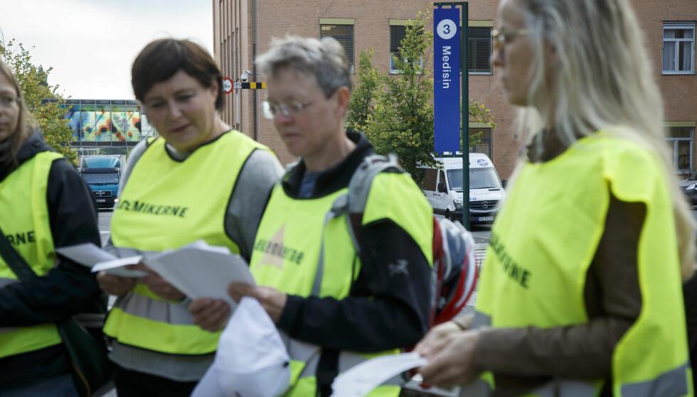 OSLO  20160907. Leger streiker utenfor Ullevål sykehus onsdag morgen. Meglingen mellom Spekter og Akademikerne helse har brutt sammen, og 100 leger er dermed tatt ut i streik over hele landet. Foto: Heiko Junge / NTB scanpix
