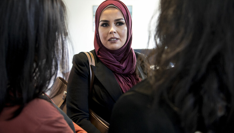 HIJAB-SAKEN: Frisør Merete Hodne og Malika Bayan møttes i Jæren tingrett, etter at Hodne kastet Bayan ut av frisørsalongen fordi hun bar hijab. Foto: Carina Johansen / NTB Scanpix