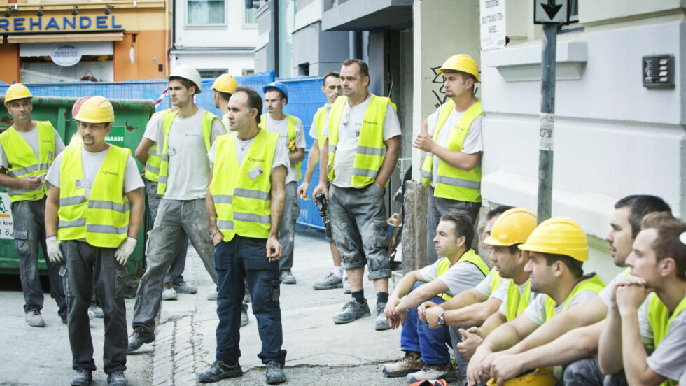 - SOM SLAVER:  - De behandlet oss som slaver, sier en av de polske ansatte til Dagbladet. Han forteller om ulovlige lange arbeidsdager, ulovlig lav lønn og helsefarlig arbeidsforhold. Her fra Arbeidstilsynets aksjon mot butikklokalene til Zara sist onsdag. Foto: SONDRE STEEN HOLVIK/DAGBLADET