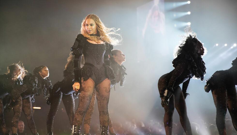 FRIERI: Beyonce hjalp en av danserne til å fri til kjæresten sin, som er kapteinen i Beyonces dansetropp, under showet i St. Louis. Konserten var en del av «The Formation World Tour». FOTO: Daniela Vesco / NTB Scanpix