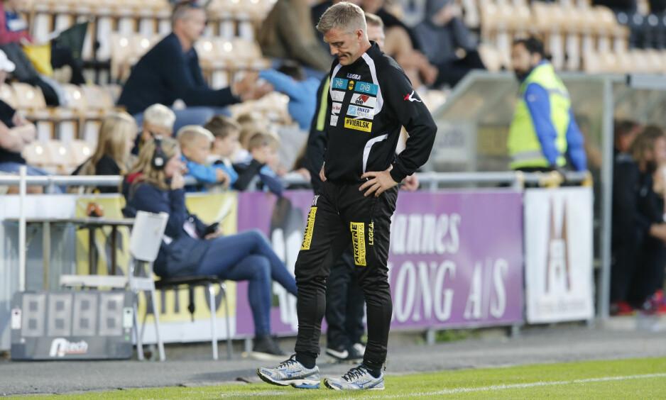 HARDT PRESSET: LSK-trener Runar Kristinsson føler seg ikke trygg i jobben som klubbens trener. Her depper islendingen under 2-4-tapet for Odd i går. Foto: Cornelius Poppe / NTB scanpix