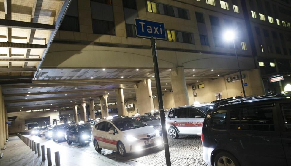 ØKT KONKURRANSE: Taxiene utenfor Sentralstasjonen i Oslo har fått nye konkurrenter i form av de appstyrte selskapene Haxi og Uber. Foto: Heiko Junge / NTB Scanpix