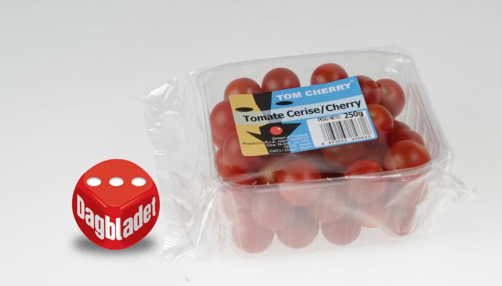 SYRLIG: Hard i skallet, myk å ta på, ikke god å tygge og syrlig smak. Tom Cherry fra Bunnpris er ingen tomat vi er nødt til å kjøpe igjen.
