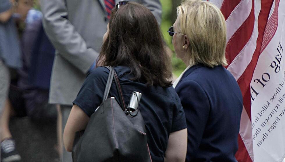 MÅTTE DRA TIL DATTERENS LEILIGHET: Hillary Clinton ble støttet vekk fra arrangementet. Foto: AFP / Brendan Smialowski / NTB scanpix