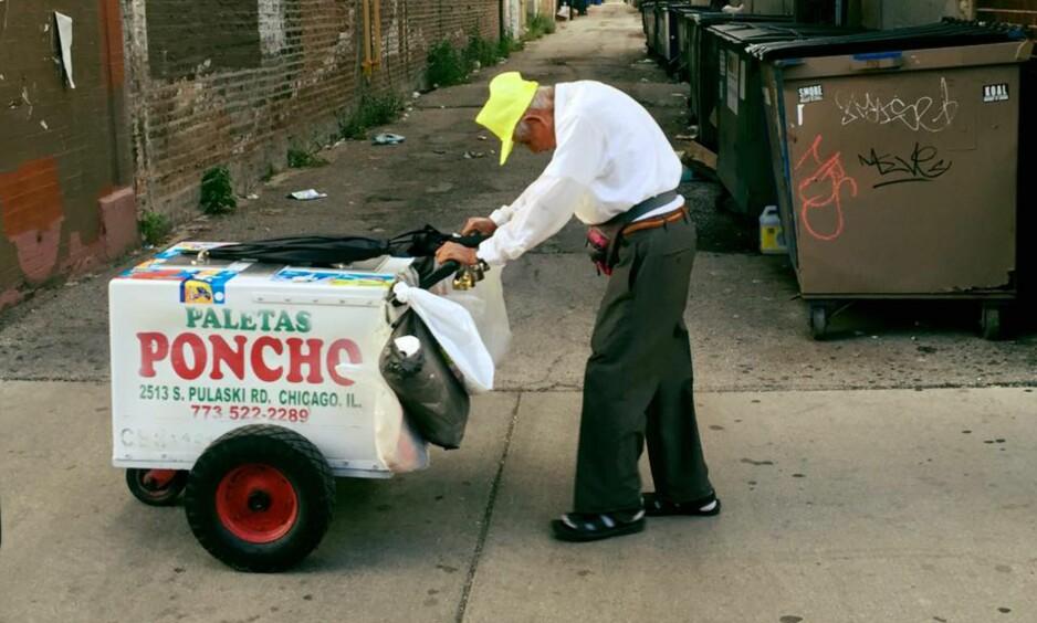 89 ÅR: Fidencio Sanchez (89) har i 23 år vandret rundt med iskremvogna si i Chicago for å tjene til livets opphold. Nå kan han endelig pensjonere seg. Foto: Gofundme.com / Joel Cervantes Macias