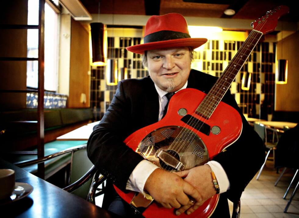 STIL: Rød gitar og elegant matchende fedora fra Berkeley i California — Knut Reiersrud surrer ikke med stilen. Nå gir han ut nytt album med de første blueslåtene han lærte seg, pluss litt til. FOTO: LARS EIVIND BONES / DAGBLADET