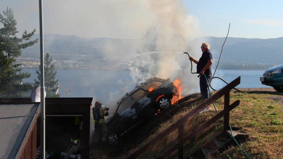 I BRANN: Politiet vet ikke mer om hendelsesforløpet enn at bilen skal ha trillet ned denne skråninga, og sto i brann da de kom til stedet. Foto: Ole Christian Nordby/Eikerfoto