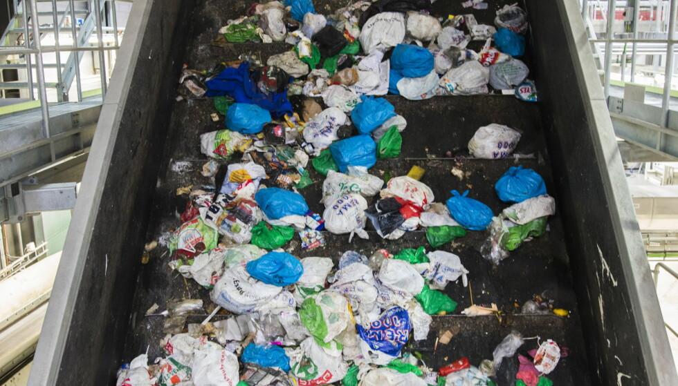 JA, VI KASTER: Hver femte handlepose havner i søpla. Foto: NTB/ SCANPIX
