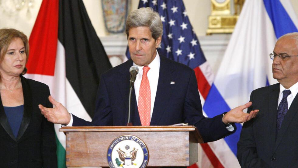 HÅPER PÅ FRED OM NI MÅNEDER: Utenriksminister John Kerry i USA annonserer fredsframgangsplanen på en pressekonferanse med justisminister Tzipi Livni (til venstre) og sjefforhandler Saeb Erekat fra Palestina i dag. Foto: REUTERS / Jonathan Ernst / NTB scanpix