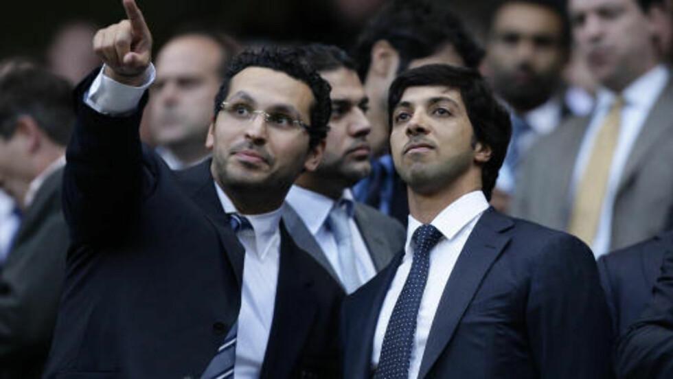 SJEFSDUOEN:  Manchester City's eier Sheikh Mansour (t.h.) sammen med klubben styreformann Khaldoon Al Mubarak på Ethiad. Foto: Jon Super / AP / NTB Scanpix