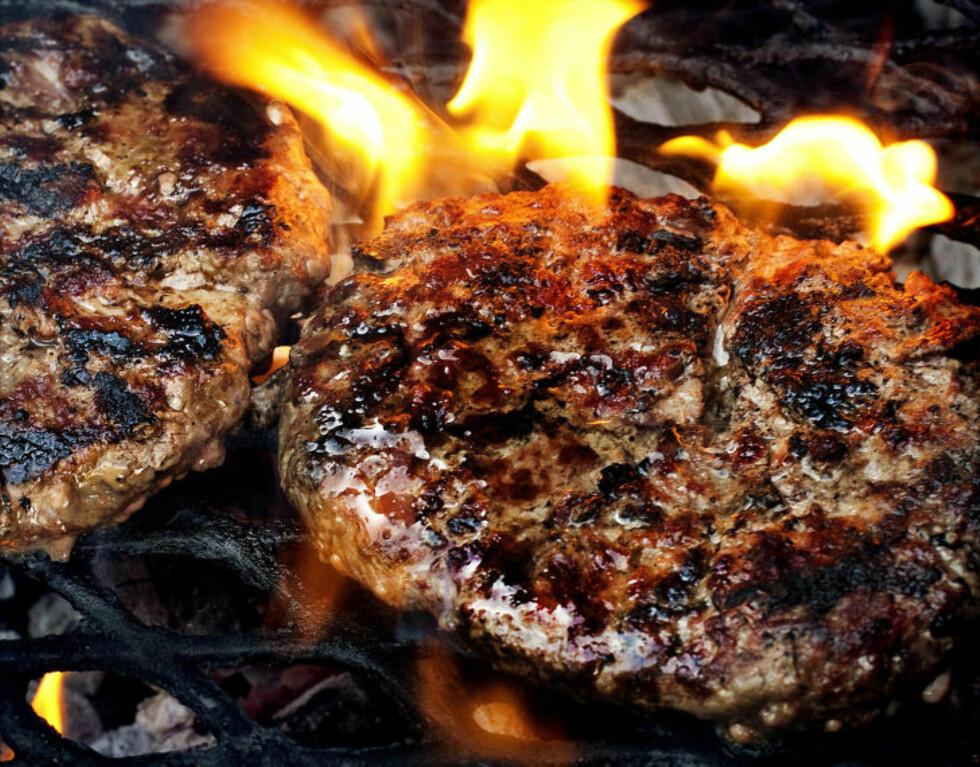 SKIKKELIG GOD BURGER: - Jeg liker best at kjøttet smaker kjøtt, sier Karla Siverts. Hun krydrer bare med salt og pepper, men det er selvfølgelig fritt fram med mer krydder for dem som foretrekker det. Foto: METTE MØLLER