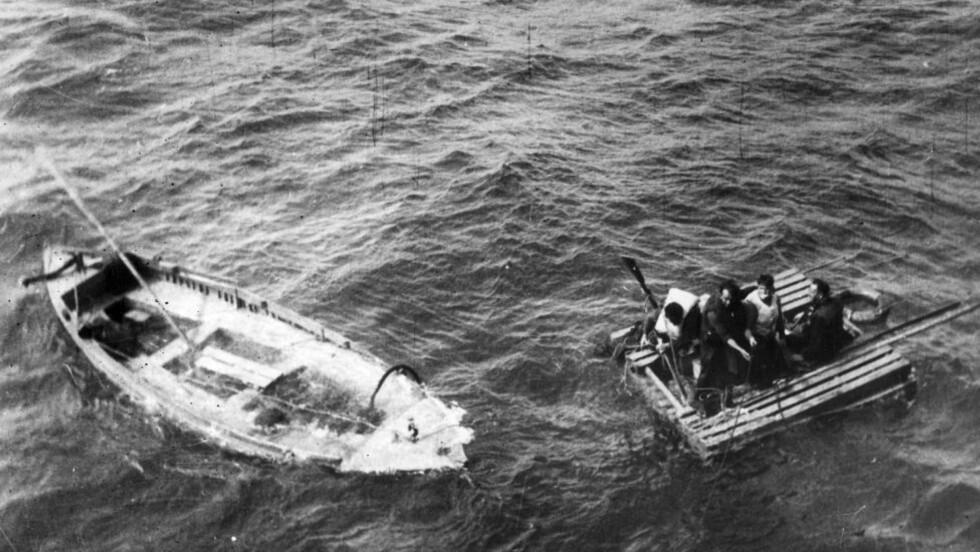 TORPEDERT: Krigsseilerne og handelsflåten ble truet av bombefly, ubåter og torpedoer. Her reddes sjøfolk fra et torpedert skip. Foto: NTB Scanpix