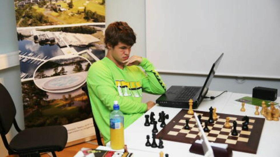 STUDERER:  Mellom uteaktivitetene jobber Carsen med sitt eget spill.  Her er han igang med et parti sjakk mot Jon Ludvig Hammeren som er nummer to i sjakk i Norge. Foto: Geir Olsen / NTB scanpix