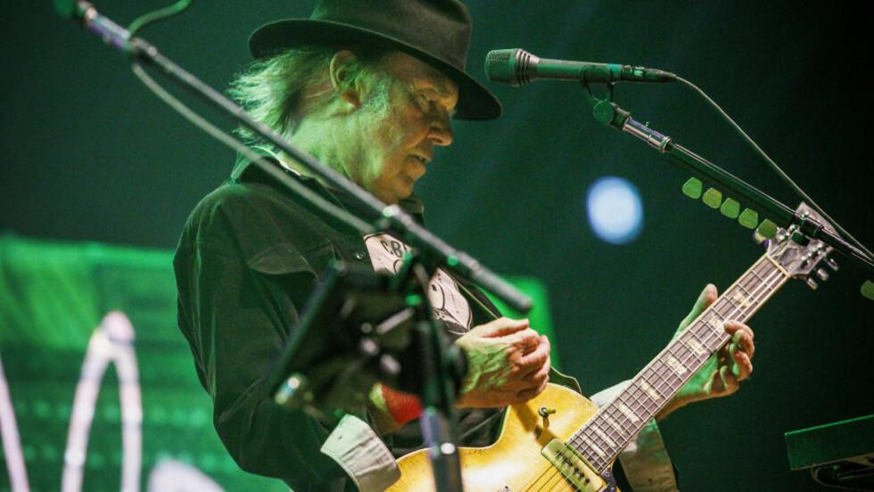 GAMMEL KJEMPE: Neil Young med håret og fortida blafrende i vinden. Med seg hadde han Crazy Horse, som han har spilt sammen med siden 1968. Billy Talbot på bass og Ralph Molina på trommer har vært med hele veien. Gitaristen Frank «Poncho» Sampedro sluttet seg til bandet I 1975. Foto: Fredrik Varfjell / NTB scanpix