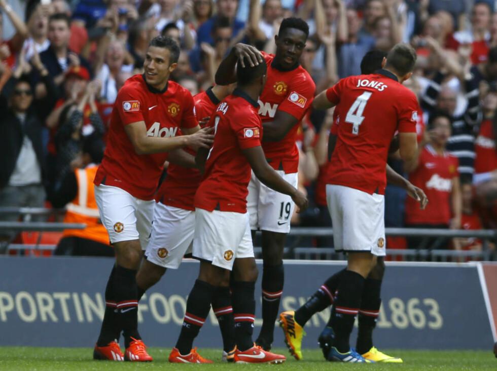 SCORET IGJEN: Robin Van Persie (t.v.) scoret begge målene da United slo Wigan 2-0. Foto: Kirsty Wigglesworth / AP / NTB Scanpix