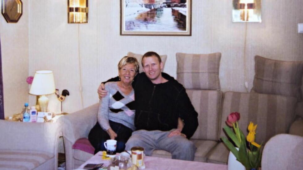 - EN SNILL GUTT:  - Helge Morten var en snill gutt som hadde tillit til at legene visste hva de gjorde, forteller foreldrene. Her er han sammen med moren før han døde. Foto: Privat