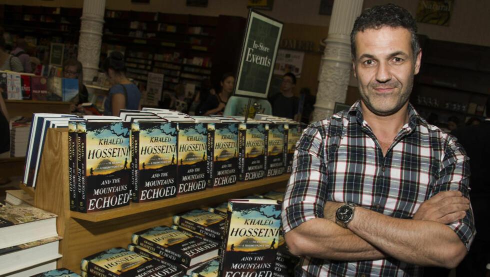 BESTE HITTIL: Bestselgerforfatter Khaled Hosseini, her fotografert under en boksignering for sin nye bok i New York. Foto: NTB SCANPIC / Charles Sykes/Invision/AP